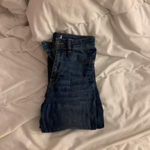 blåa jeans. knappt använda. perfekt passform och perfekt längd för mig som e 170 lång.