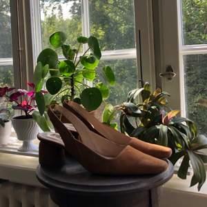 Underbara skor med bekväm klack som tyvärr får för lite användning hos mig. Material utsida: varmt brun mocka | Material insida: Syntet/skinn | Skick: Gott, endast använt ett par gånger. Viss färgförändring i mockan på tån.