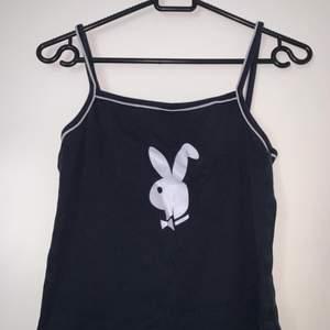 Playboy sov-linne, vanligt linne. Hämtas upp eller fraktas, köparen står för frakten. Frakten ligger på ca 40 kr.