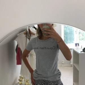 En jättefin grå T-shirt ifrån Calvin Klein i storlek xs. Tröjan är i ett väldigt bra skick då den endast är använd ett fåtal gånger, så nästan som ny.
