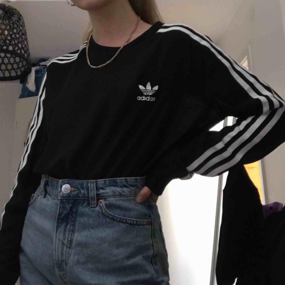 Nästan hel oanvänd långärmad adidas mesh tröja, storlek S men passar mindre och något större storlekar också. Möts ENDAST upp i stockholm, fraktar ej. . Toppar.