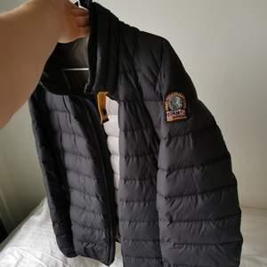 Säljer nu min pj för den är förliten. Skön jacka o inte sliten anv fåtal ggr.