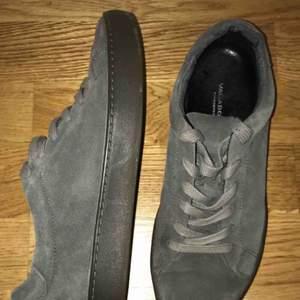 Vagabond sneakers. Grå. Använda förra våren. Sköna och mjuka. Ger fina avlånga fötter.