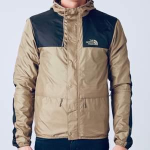Beige north face jacka i storlek Herr XS. Cond: 9/10. Väldigt skön jacka när de till exempel blåser.