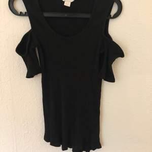 En basic svart off-shoulder tröja, fin till vardags eller festligheter. OBS: säljer även samma i grå!