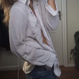 Randig skjorta köpt från asos. Otroligt skönt material. Går att matcha till mycket. Man kan ha linne, t shirt eller en snygg bralette under. Eller en sweatshirt över. Säljer för att jag har en liknande. Aldrig använt alltså är den i väldigt gott skick.