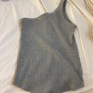 En ärmat linne i skönt material säljs för 100kr + frakt som du står för 🌸💓❤️ (63kr) , storlek Xs , men väldigt stretchig i materialet