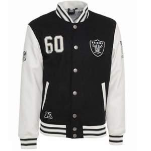 Intressekoll för min Oakland Raiders varsityjacka från säsongen 95. Strl M som ger en oversized fit för dom med S. Inga skambud. Äkta läder