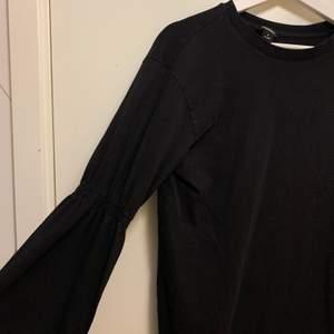 Svart tröja från monki med detalj i ärmarna (se första bilden)