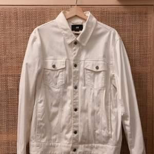 Vit jeansjacka från HM. Storlek L. Använd ett fåtal ggr. Finns i centrala sthlm, skickas mot fraktkostnad.