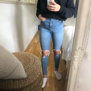 Jättefina jeans från ginatricot i bra skick, endast använda ett par fåtal gånger. Storlek 34, 100kr