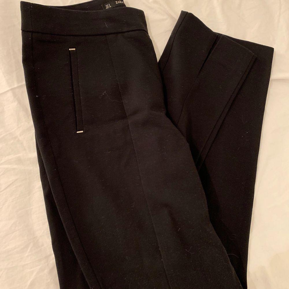 Byxor med slits där fram. Jeans & Byxor.