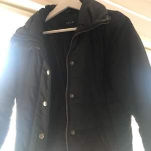 En fin figursydd höst/vinter jacka i svart från Vila. Den är i fint skick. Det syns på vissa ställen att den har använts men det är knappt! Vet inte exakt vad frakten kommer vara, vid intresse kollar jag upp det! 🥰 köparen står för frakten.