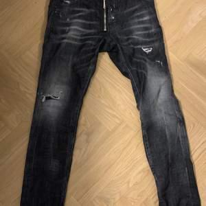 Säljer mina dsquared jeans pågrund av att dem inte kommer till användning. Storlek 46 köpte för ett tag sen och är fortfarande på bra skick. Köpte dem för 4599kr. Säljer dom för 3500 pris kan diskuteras