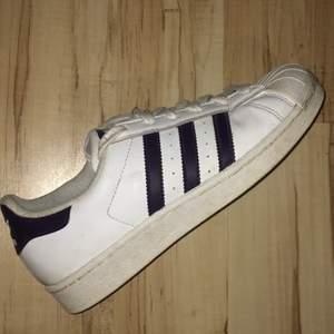 Adidas all star vita med LILA sträck, stl 37. Betalning sker via swish och köparen står för ev fraktkostnaderna