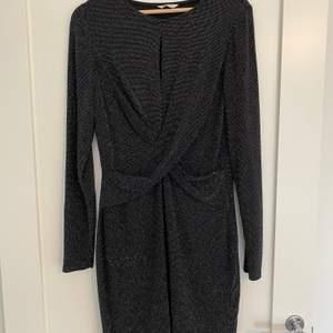 Oanvänd klänning i storlek L