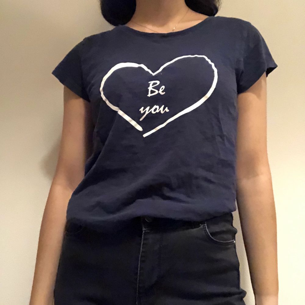 Mörkblå T-shirt med tryck. Har bara använt en gång. Om du beställer fler kläder från mig behöver du inte betala frakt separat för alla produkter❗️❗️. T-shirts.