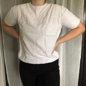 Vit t-shirt i typ handuksmaterial. Står ingen storlek men passar mig som är en M. Köparen står för frakt.
