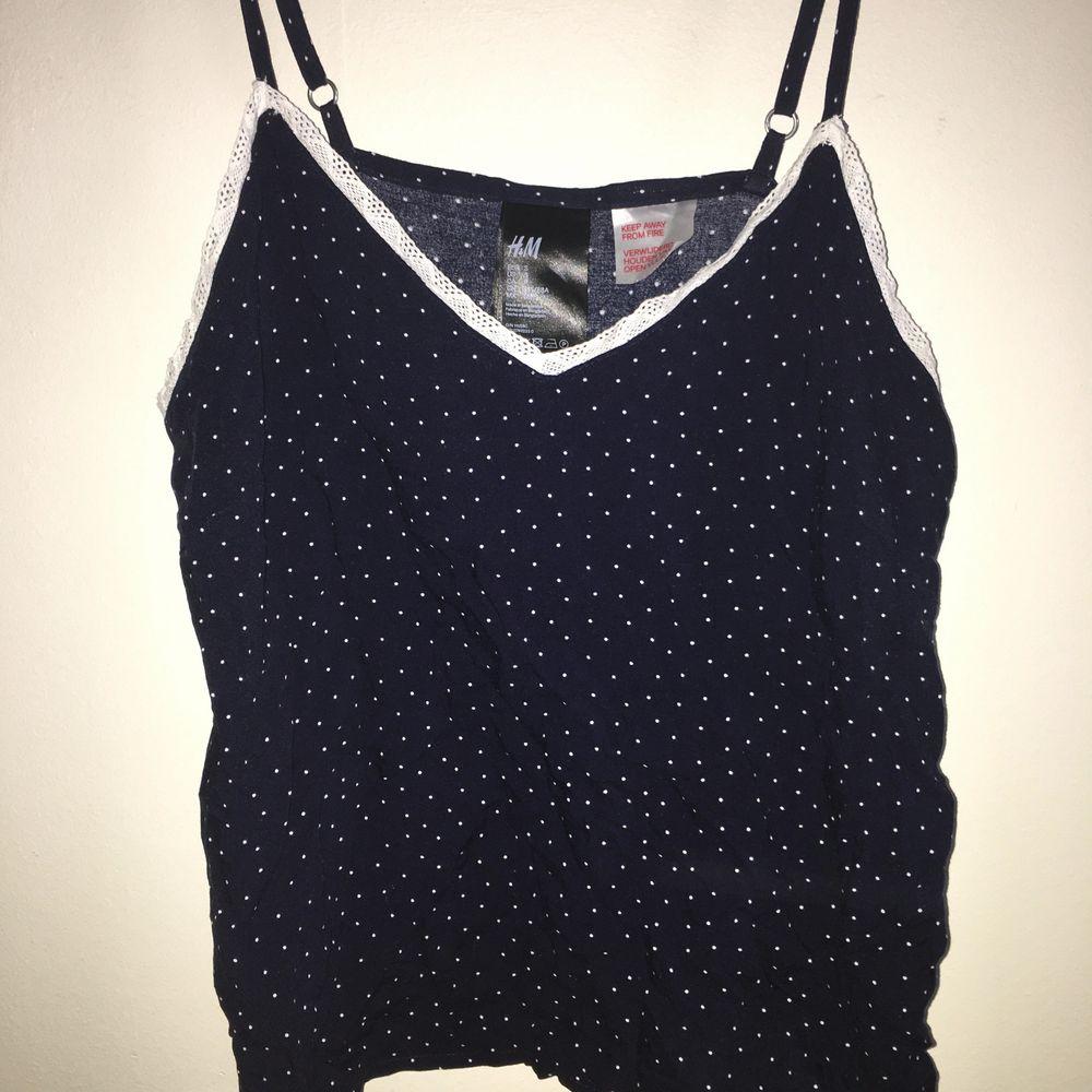 Pyjamaslinne från h&m, endast testad i storlek 34 eller 36. Buda från 50kr+frakt men kan även mötas upp i stan❤️❤️. Toppar.