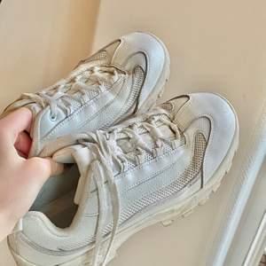 Vita sneakers från Roots, använda ett antal gånger. Coola och lite chunky.