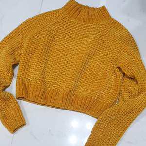 Härlig hm tröja stickad i en stark gul/orange färg  jättemysig. Storlek xs men jag är en small så den passar folk som har small :)