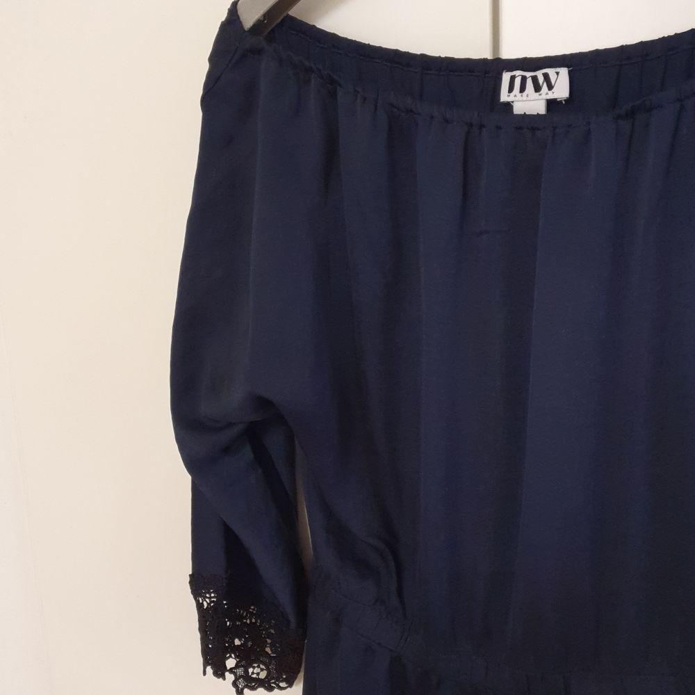 Svart lång klänning med spetsdetaljer från märket Make Way.. Klänningar.
