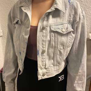 Fin jeansjacka i bra skick. Den har fickor på insidan och utsidan. Bra i storlek.