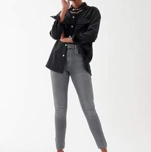 Underbart snygga jeans som passar till allt! Sitter perfekt och formar skitsnyggt ✨🧡🌻 man kan om man vill klippa hål (bild 2) vilket är super fräscht! (Är likadana jeans på bild 2 men är inte mina, de har inga hål än) men ett snyggt alternativ! 💜