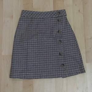 Kjolen är på perfekt skick och aldrig använd. Storlek 32. Säljer pga fel storlek. Köparen betalar för frakt annars kan träffas o Stockholm 📦✨