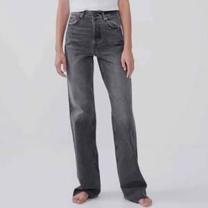 Populära zara jeansen i stl 40. Vida,långa och snygga. Orginallängd. Jag är 179 cm lång. Lägg ett bud!✨🕺🏼