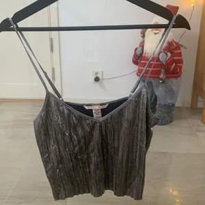 Linne ifrån Victoria secret , kan användas som natt linne men även linne till fest, speciellt till nyår. Ny skick, köptes för 1 år sedan men har knappt blivit använd