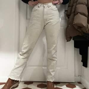 Benvita raka, super-välsittande jeans. Hur sköna som helst. Köpte utomlands för 600 kr, säljer för 150. Är 167 cm och de är perfekt jeans-längd. Står ingen storlek på dom, men ca S/M. Använda upp till 10 gånger.