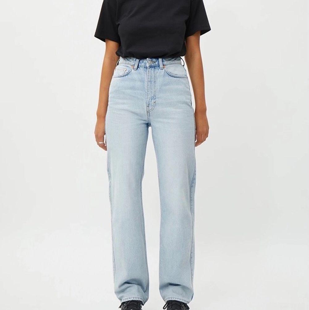 slutsålda rowe jeans från weekday i storlek 24/30, tvätten fresh blue (helt slutsålda på hemsidan) ✨ jättebra skick. Jeans & Byxor.