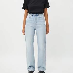 slutsålda rowe jeans från weekday i storlek 24/30, tvätten fresh blue (helt slutsålda på hemsidan) ✨ jättebra skick