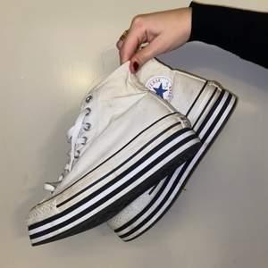 Vita platå converse i storlek 39,5! Går att tvätta av lite grann
