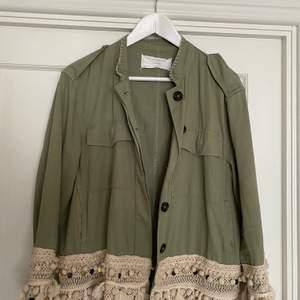 Grön Zara jacka med tofsar & detaljer. Använd ett fåtal gånger