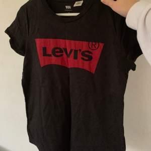 Levi's t-shirt med rött tryck, storlek S. Använd (men sparsamt), alltså bra skick. 60kr plus frakt. Skriv för mer info och bilder:)