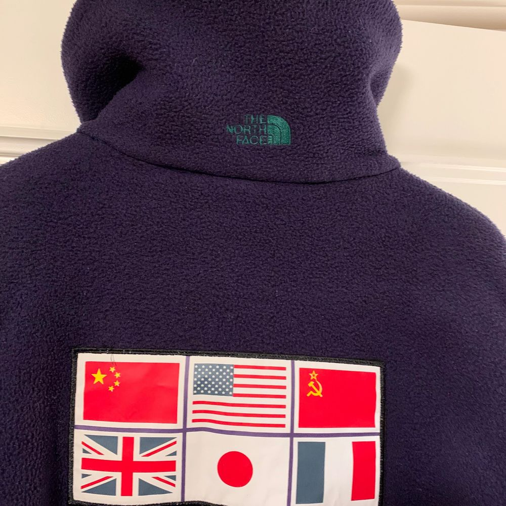 Storlek MEDIUM Vintage fleece från året 1990, tillverkade i USA. 6 upptäckresanärar gick över Antarktis. North face släppte fleece i samband med upptäcksfärden. Snygg och otroligt varma! . Tröjor & Koftor.