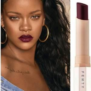 """Läppstift från Rihannas märke Fenty Beauty i färgen """"Griselda"""". Fick den i min adventskalender. Säljer på grund av att jag inte gillar färgen så den är helt oanvänd.   Hör gärna av dig om du har frågor eller vill diskutera pris."""