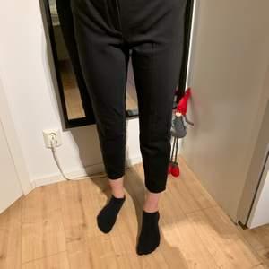 Svarta kostymbyxor från zara, använd fåtal gånger. Storlek L men skulle säga att det är mer S/M, då dem är rätt små i storleken. Hör av dig för fler bilder eller frågor💕