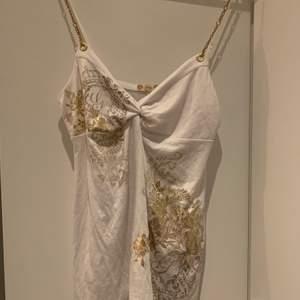 Snyggt linne från Guess, skulle säga att den passar m/l