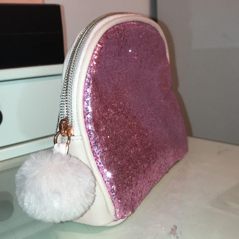 Rosa oanvänd sminkväska från Hunkemöller. Massa detaljer med glitter osv.  Frakten står köpare för . Väskor.