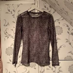 Leoprint tröja som är genomskinlig från Cubus strl S