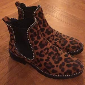 Boots i leopardmönster från Truffle collection. Storlek 38. Använda en gång