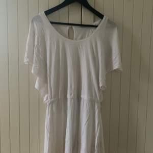 En vit och luftig klänning som är jätte somrig, finns i grön oxå. Den passar perfekt för stranden och för finare tillfällen. Den är lätt att bara slänga på sig. Frakt betalas av köparen. Orginal pris: 300kr st💚💚💚 Den är i L men jag är en xs och den är nice att även ha over sized🧡