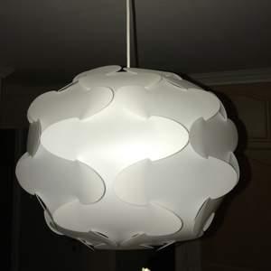 Vit lampa i plast, inge fel på den! Möter inte upp! Frakt tillkommer.