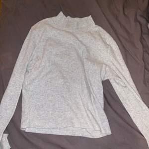 Fin tröja från Bikbok. Använd fåtal gånger. Frakt tillkommer