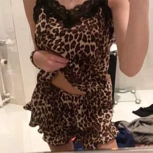 Pyjamas set i leopard från hm. Köpt för 279kr