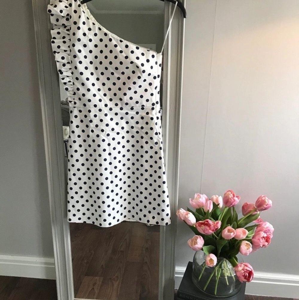 Otroligt fin klänning från Zara i storlek S! Köpt av en annan säljar, själv har jag endast provat den. Klänningen ser ut att vara i nyskick! . Klänningar.