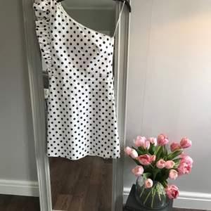 Otroligt fin klänning från Zara i storlek S! Köpt av en annan säljar, själv har jag endast provat den. Klänningen ser ut att vara i nyskick!